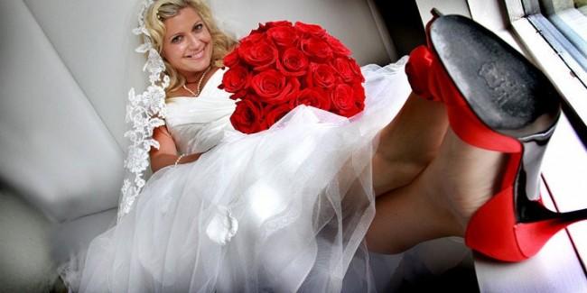 Невеста в красных туфлях и белом платье