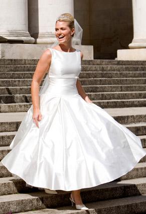 Тогда он считался революцией в мире моды. Именно этот стиль всё чаще возвращается к нам из прошлого. Длина свадебного платья ретро